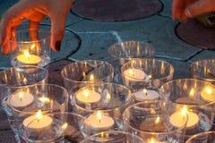 Мемориальное событие, свечи людей светлые стоковое фото