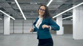 Менеджер дамы делает радостный танец после бросать документы вверх в воздухе акции видеоматериалы