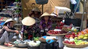 Местные держатели и люди стойла еды женщин на улицах дневного времени на Hoi рынок, Вьетнам видеоматериал