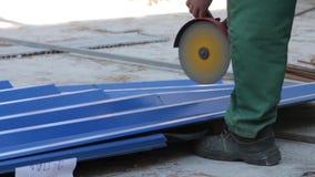Металл отрезков с точильщиком сток-видео
