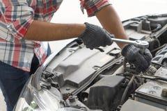 Механик, проверка человека техника двигатель автомобиля в гараже Обслуживание автомобиля, ремонт, отладка, проверяя обслуживание  стоковые фотографии rf
