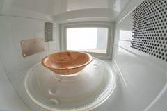 Микроволна и небольшой пустой шар Прибор для нагревать блюда с пользой myocual волн стоковая фотография