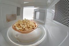 Микроволна и шар заполненные с попкорном Прибор для нагревать блюда с пользой myocual волн стоковое фото rf
