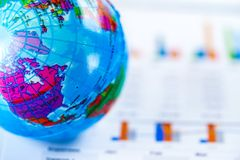 Миллиметровка диаграммы с картой Америки мира глобуса дальше Финансы, счет, статистика, вклад, аналитический стоковая фотография