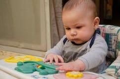 Милые 4 месяца старого ребенка играя в ходоке младенца стоковое фото