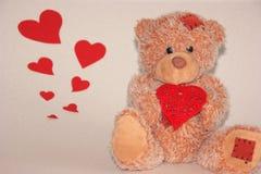 Милый медведь с красным сердцем, концепцией любов стоковая фотография rf