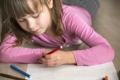 Милый чертеж девушки ребенка с красочными crayons карандашей на белой бумаге Образование искусства, концепция творческих способно стоковая фотография