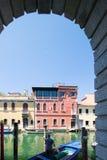Мимолётный взгляд Chioggia от аркад стоковая фотография