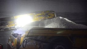 Минируя соль в шахте на большей глубине используя комбайн акции видеоматериалы