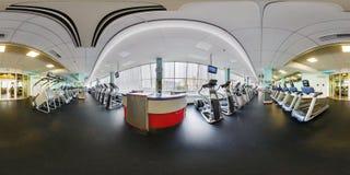МИНСК, БЕЛАРУСЬ - АВГУСТ 2017: Полностью сферически безшовная панорама взгляда угла 360 градусов в большом стильном фитнес-клубе  стоковая фотография rf