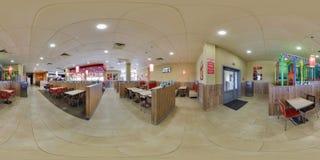 МИНСК, БЕЛАРУСЬ - МАЙ 2017: полностью безшовная панорама 360 градусов взгляда угла во внутреннем современном кафе Burger King фас стоковые изображения rf