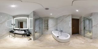 МИНСК, БЕЛАРУСЬ - МАЙ 2017: полностью сферически панорама 360 градусов взгляда угла во внутреннем bathroom в современных плоских  стоковое фото