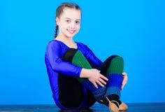 Минута, который нужно ослабить Трико спорт гимнаста девушки маленькое Физкультура и гимнастика тело гибкое звукомерно стоковая фотография rf