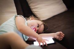 Младенец играя по телефону стоковая фотография rf