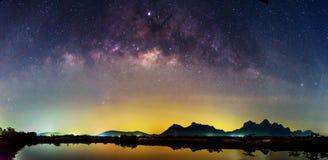 Млечный путь панорамы на озере стоковые фото