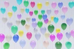 Много вид спереди перевода красочных воздушных шаров восходя 3d стоковые изображения