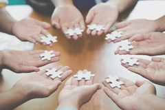 Много людей держа части мозаики, концепции сыгранности, концепции деловых связей, успеха и стратегии, accountin дела стоковые фотографии rf
