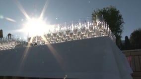 Много пустых стекел для шампанского ярко светят в солнце сток-видео