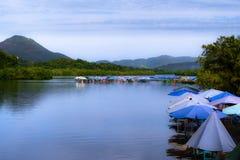 Много покрашенных зонтиков на береге лагуны Juluapan в Мансанильо Колиме стоковое фото