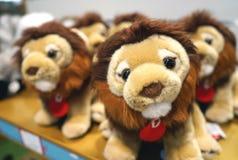 Мягкие новички льва игрушек для детей на счетчике магазина стоковое изображение