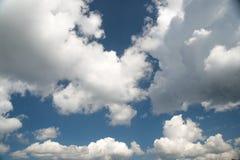 Мягкие облака и голубое небо, абстрактная белая предпосылка стоковая фотография