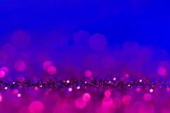 Мягкое bokeh конспекта изображения ультрафиолетов, пурпурный, пинк, голубой цвет со светлой предпосылкой Ультрафиолетов элегантно стоковые фотографии rf