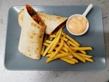 Мясо цыпленка в tortilla и картофеле фри стоковое изображение rf