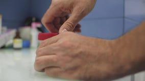 Мужской поворот руки закрывает крышку контейнера мочи с анализирует контейнер для анализа мочи сток-видео