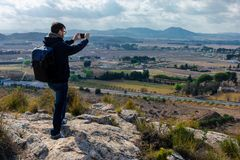 Мужской турист принимает фото с камерой мобильного телефона стоковая фотография