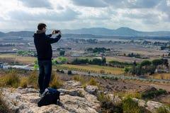 Мужской турист принимает фото с камерой мобильного телефона стоковое фото rf