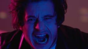 Мужчина кричащий в ночном клубе, влиянии лекарств, приступе паники, расстройстве рассудка акции видеоматериалы