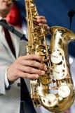 Музыкант играет трубу стоковая фотография