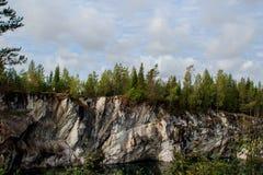 Мраморные утесы парка горы в Ruskeala стоковые изображения