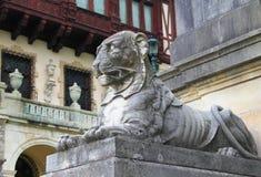 Мраморный лев на предпосылке замка Peles, Sinaia, Румынии стоковая фотография rf