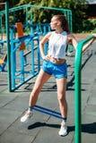 Молодая атлетическая женщина делая тренировки с резинкой стоковые изображения rf
