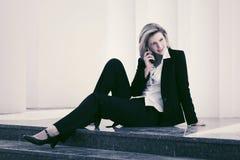 Молодая бизнес-леди вызывая на сотовом телефоне стоковые изображения rf