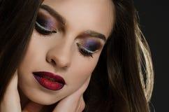 Молодая взрослая девушка с красивым выравниваясь макияжем на черной предпосылке стоковая фотография rf