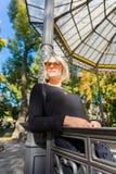 Молодая женщина в парке стоковая фотография rf