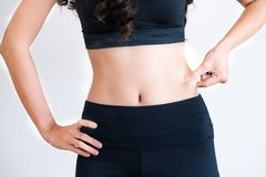 Молодая женщина в sportswear касаясь ее животу стоковая фотография rf