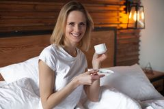 Молодая женщина имея время coffe в кровати стоковые фотографии rf