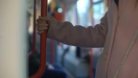 Молодая женщина имея езду в экипаже метро, ежедневный коммутируя режим, железную дорогу видеоматериал