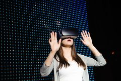 Молодая женщина испытывая стекла виртуальной реальности 3d стоковое фото