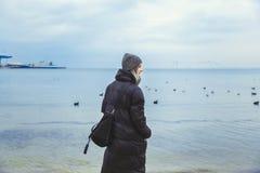 Молодая женщина морем Чайки лебедей Эмоциональная девушка bluets Путешествия стоковая фотография