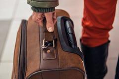 Молодая женщина путешествует с чемоданом на аэропорте, на поезде, на автобусе стоковое изображение