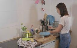 Молодая женщина делает некоторый надомный труд кухни стоковое фото rf