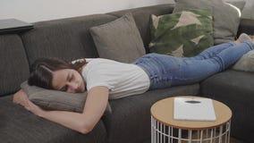 Молодая женщина спит на кресле стоковое изображение rf