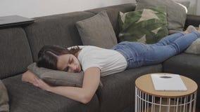 Молодая женщина спит на кресле стоковые изображения rf