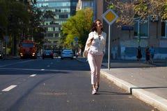 Молодая красивая женщина брюнета идя на улицу стоковые фото