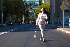 Молодая красивая женщина брюнета идя на улицу стоковые изображения