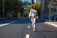 Молодая красивая женщина брюнета идя на улицу стоковые фотографии rf